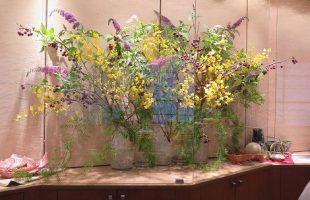 カイドウ(枝、実)、ブットレア(紫)、オンシジューム(黄)、山ゴボウ(白小花)、 アスパラガス