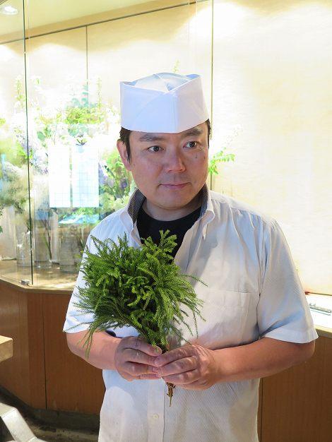 伊藤さん(板前)が手に持っている植物は カツラ(立桂)