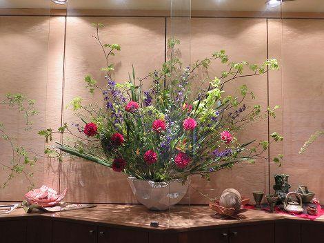 中央はナナカマド、ラークスパー、ダリア、 オクラレルカの花