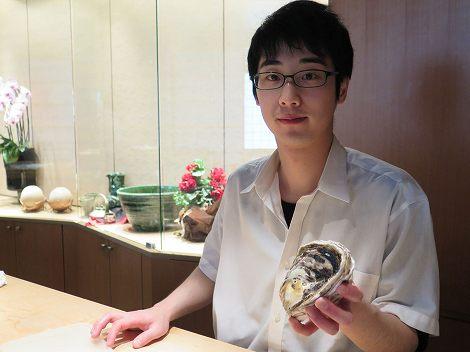 新村さんが島根産の 岩牡蠣を用意