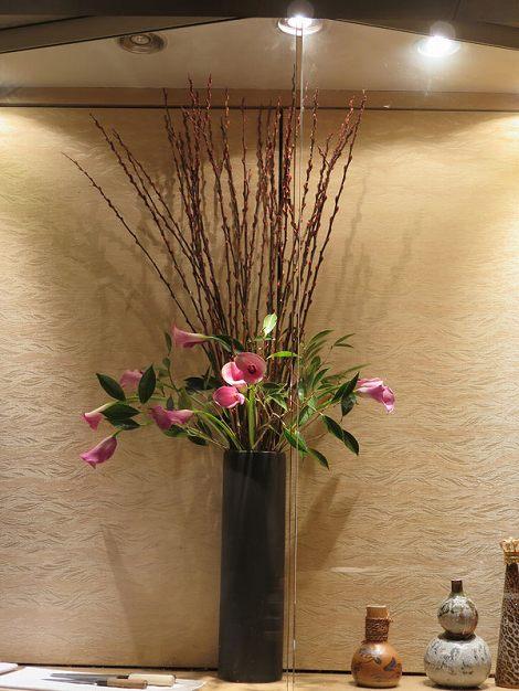 右に赤芽柳、カラー(ピンク)、椿です。