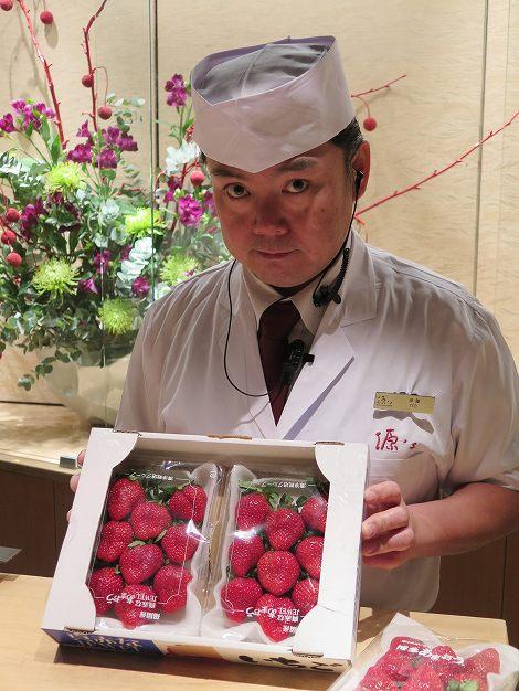 カウンターでは伊藤さん(板前)が 福岡産イチゴ「あまおう」をご用意しています。