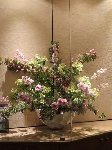 中央は梅花ウツギ(ピンク)、ラークスパー(ピンク) アルストロメリア(黄)、カーネーション