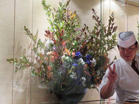 中央がブルーベリー(紅葉)、リンドウ(紫、白)、 SPマム(白)、アルストロメリア、伊藤さん(板前)