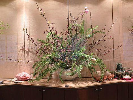 中央は桜(牡丹桜、染井吉野)、コデマリ、 ユリ(ルレーブ)