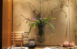 左はフジの花、コデマリ、枝咲スイトピー、 アマリリス