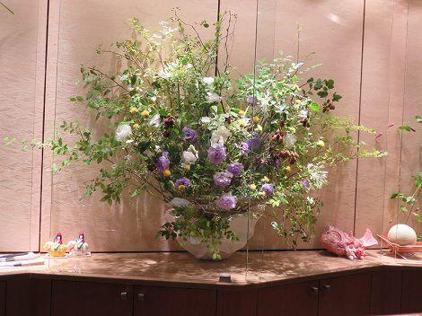 中央は、ゴンスケ(枝)、ベニバナ(オレンジ)、 トルコキキョウ(紫、白)、アガパンサス(白)、 ブラックベリー