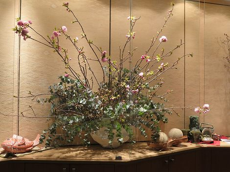 中央は御殿桜、ユーカリ