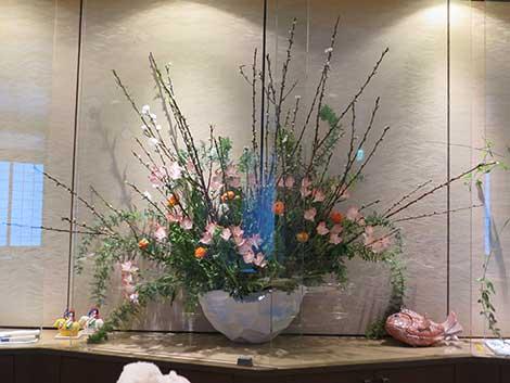 中央が白桃、菜の花、 アルストロメリア(リグツ)、 ラナンキュラス、ミモザ