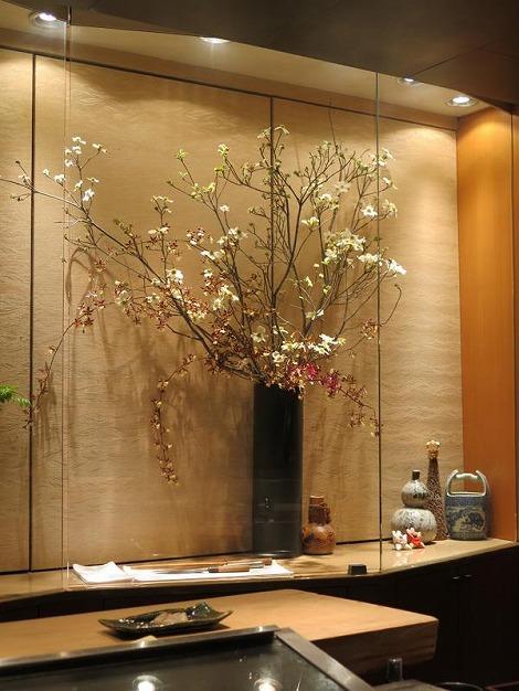 右は花水木とオンシジュームです。