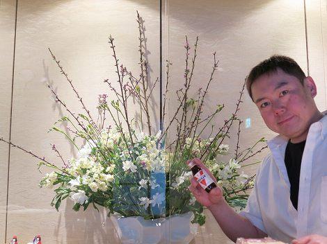 中央が花桃、アルストロメリア、SPストック、 菜花、フリージア、伊藤さん(板前、アリ○ミンV)