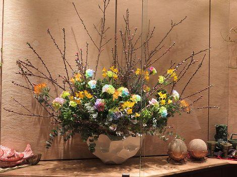 中央には花桃、アルストロメリア(リグツ)、 カーネーション(レインボー)、菜の花