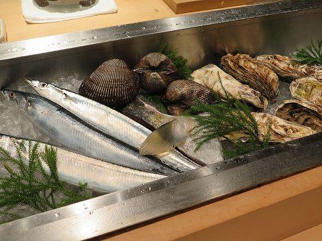 今日は宮城県産のカキに 京都産の赤貝、 北海道産のサンマが入っています。