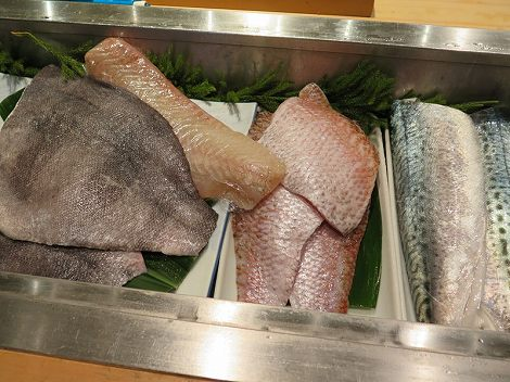 イシダイ、ヒラメ、のどぐろ、 そして愛知県産の生サバが入っています。