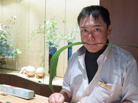 カウンターに伊藤さん(板前)です。
