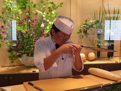 カウンターには伊藤さん(板前:刺身包丁装備)が スタンバイしています。