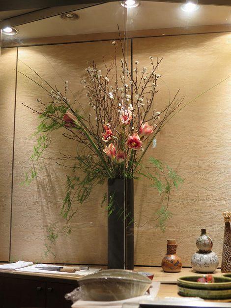 右に寒桜、アスパラ(緑)、アマリリス、 スチールグラスです。