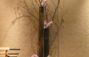 左は啓翁桜、椿(西王母)、スイトピー(桜式部)