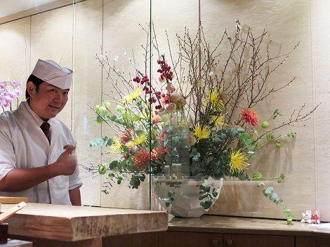 中央がキク(黄、オレンジ)、フウセントウワタ、 桜、ユーカリ、カイドウの実、伊藤さん(板前)