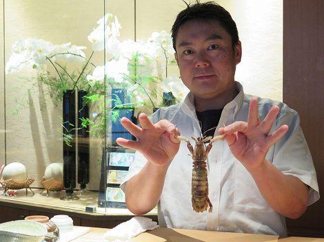 カウンターに伊藤さん (板前、北海道産の子持ちシャコ保持)です。