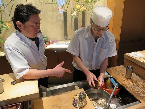 伊藤さん(板前)指導のもと 新村さんが長崎県産の牡蠣を丁寧に洗っています。