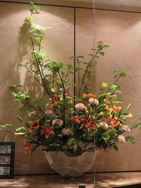 中央は ナナカマド、 赤にオレンジの縁取りのスカシユリ(カベソ)、 愛らしいピンクのマム(オペラ)、アンブレラファーン