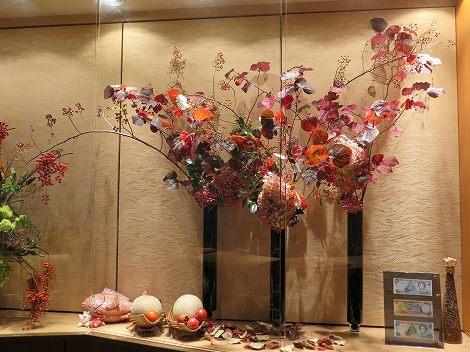 左右はミナヅキ、マンサク、野バラ
