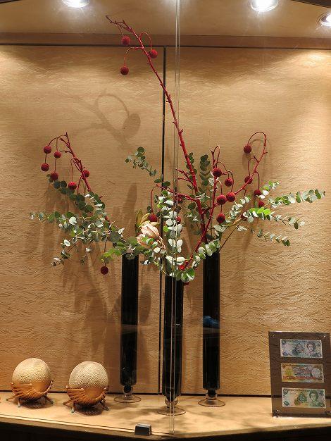 左右がプラタナス(着色)、アマリリス(カリスマ)、 丸葉ユーカリ