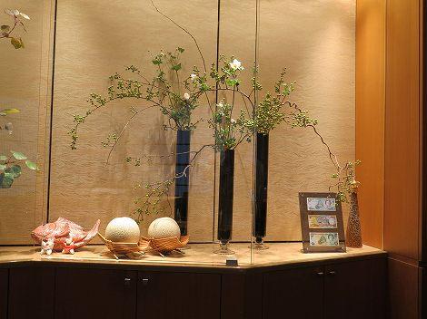 左右はツルウメモドキ、秋明菊