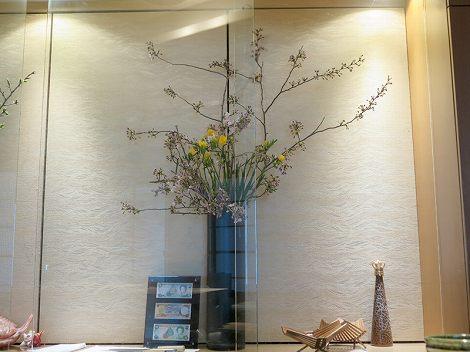 右に桜(染井吉野)、フリージア(黄)です。