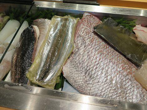 中央の細長いアナゴのように開いた魚は さよりの昆布締め