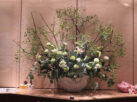 中央は、センダン、ピンポンマム、 ユリ (八重咲き、ミスマルコ)、ポポラスリーフ