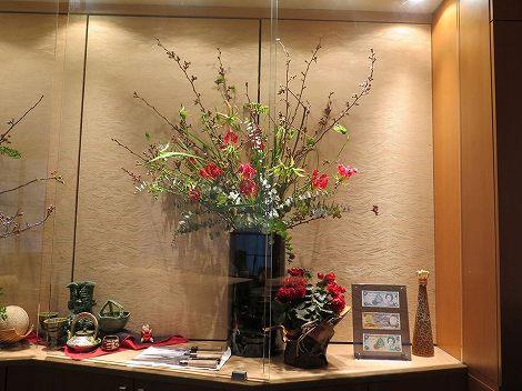 右に桜(染井吉野)、グロリオサ、 フリージア(黄色)です。