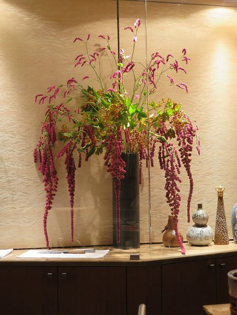 右にタデ、ビバーナムコンパクタ(実)、 アマランサス(垂れている花)です。
