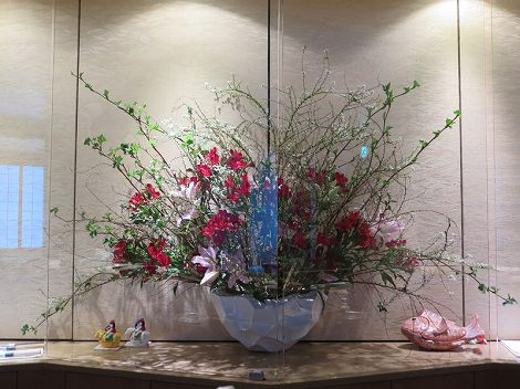 中央がバレンタインカラーの 雪柳(白)、梅、アルストロメリア(赤)、 ユリ(ル・レーブ)