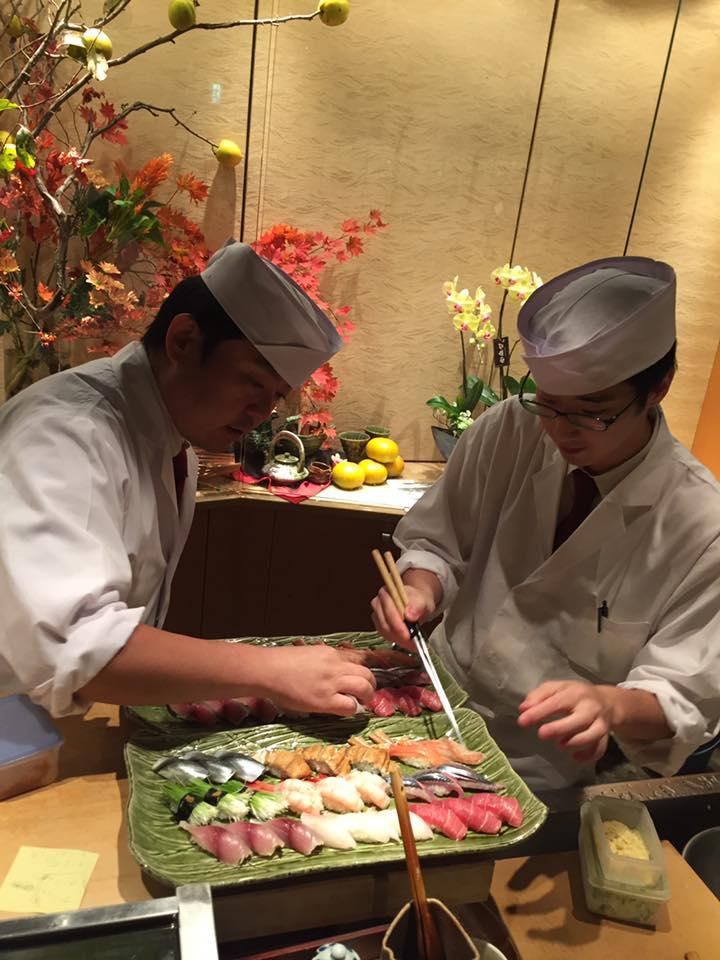 伊藤さん、新村さん、寿司握り中