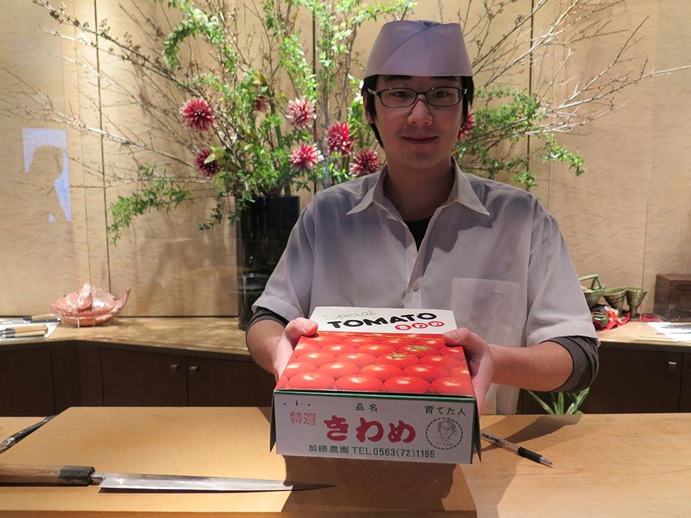 加藤農園のフルーツトマト、特選「きわめ」と新村さん(板前)