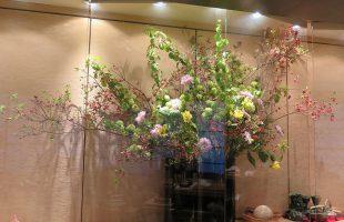 テーマ「過ぎゆく春の宴」ツツジ(赤)、オオデマリ、マム(エトハスコ ピンク)、グロリオサ(ルテア)