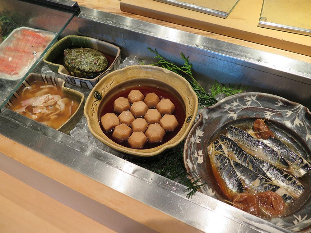 煮物、アワビ、ハマグリ、サトイモイワシの梅煮(ちょっと酸っぱい)