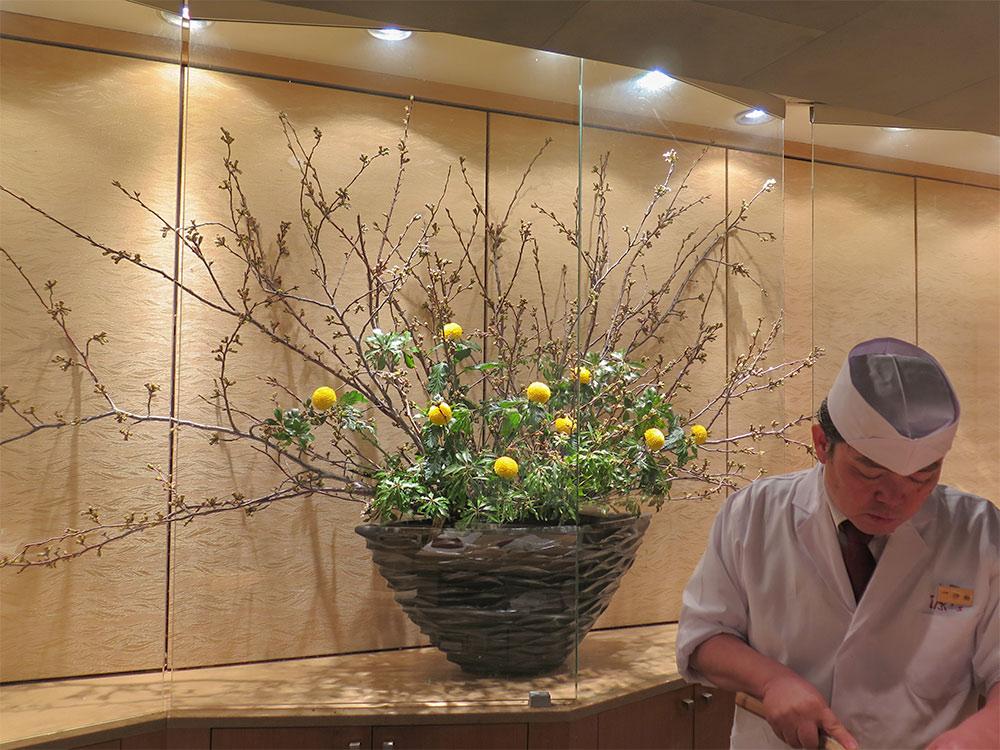 テーマ「春ホタル」ソメイヨシノ、ピンポンマム(黄)、アセビ伊藤さん(板前:仕込み中)