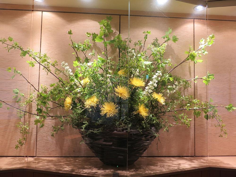 テーマ「春の終わり」チューリップ(朱色)、モッコウバラ、アナスタシア(黄色)、ベラドンナ