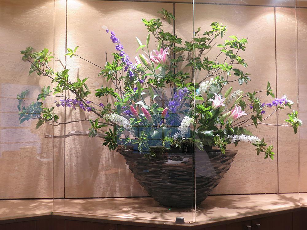 テーマ「小さなジャングル」ズイナ、ラクスパー(紫、白)、ユリ、タニワタリ
